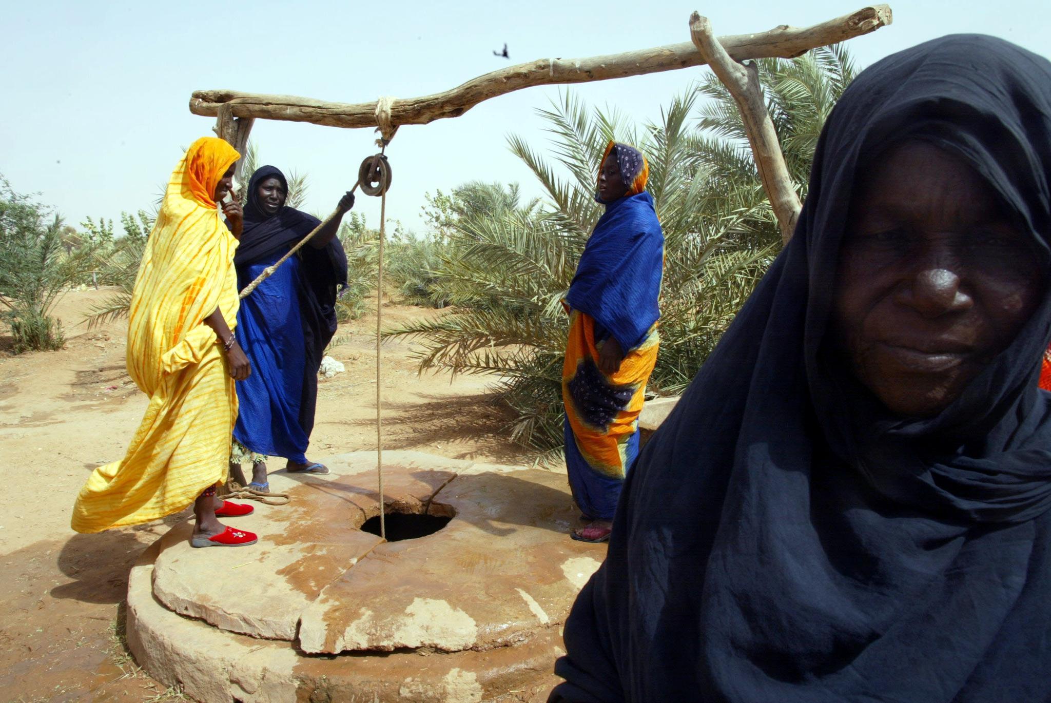 Mauritanian women fetch water
