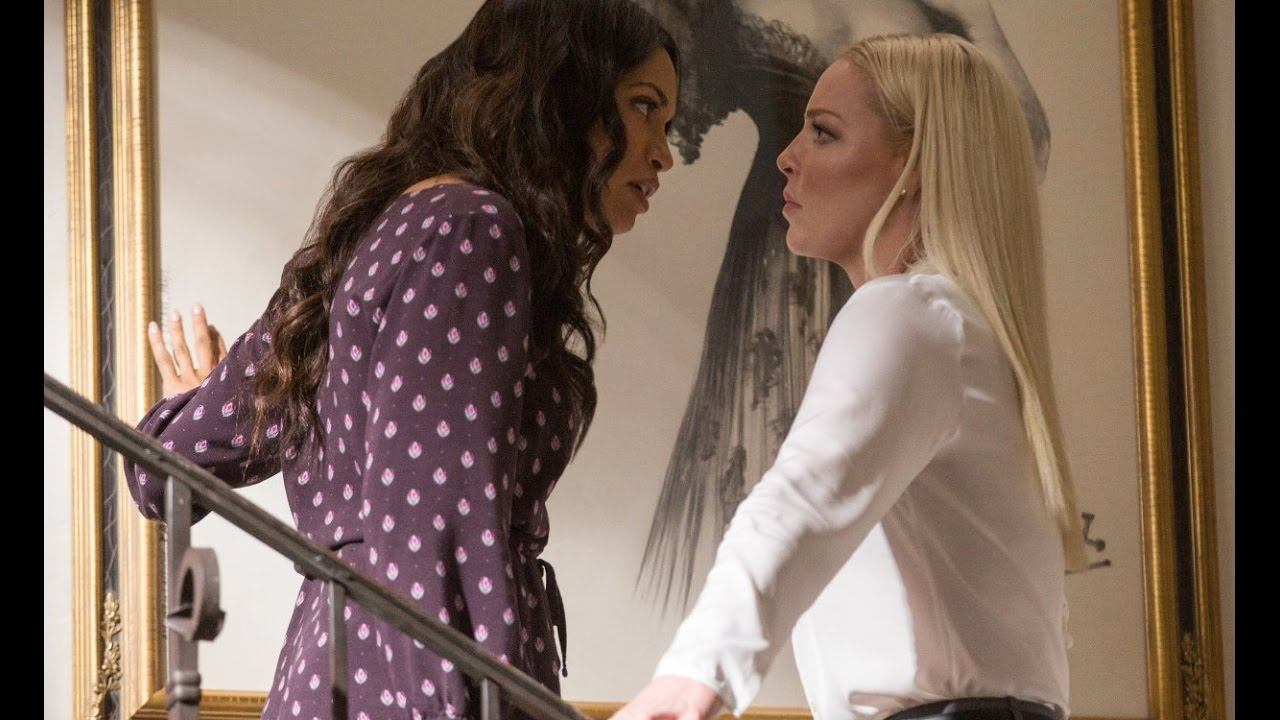 Rosario Dawson and Katherine Heigl talk angrily while standing on a staircase in Unforgettable