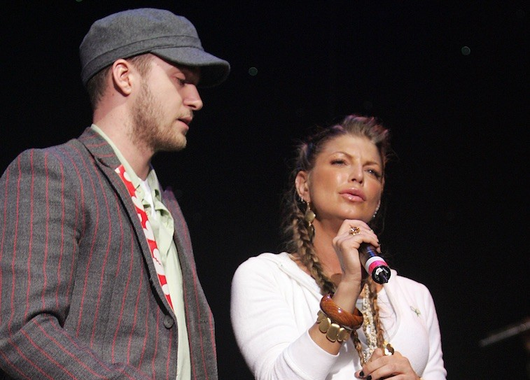 Justin Timberlake and Fergie sing on stage