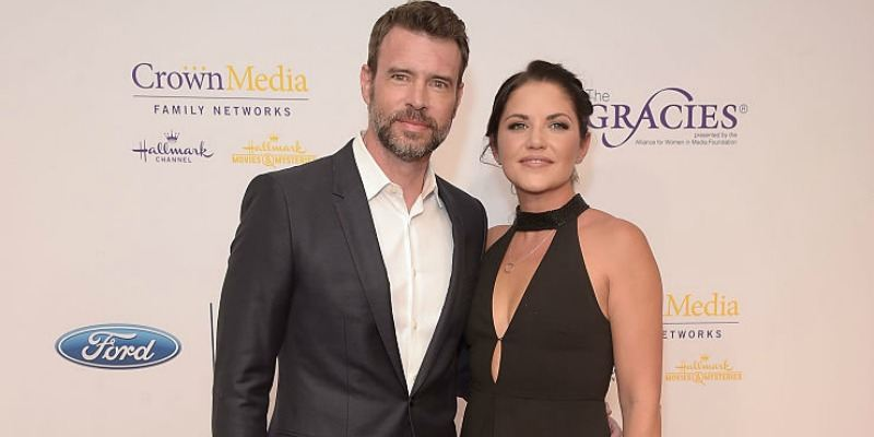 Scott Foley and Marika Domińczyk pose together on the red carpet.