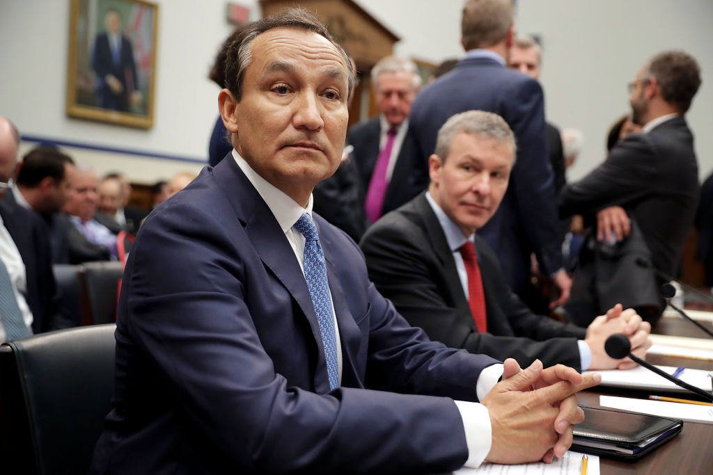 United Airlines CEO Oscar Munoz (C) and United Airlines President Scott Kirby