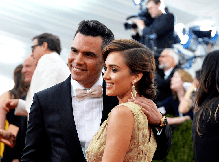 Jessica Alba and Cash Warren pose for cameras on the red carpet