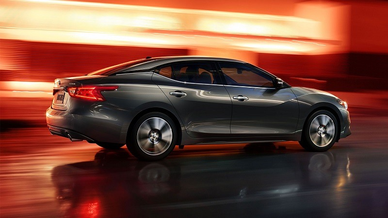 Profile view of 2016 Nissan Maxima