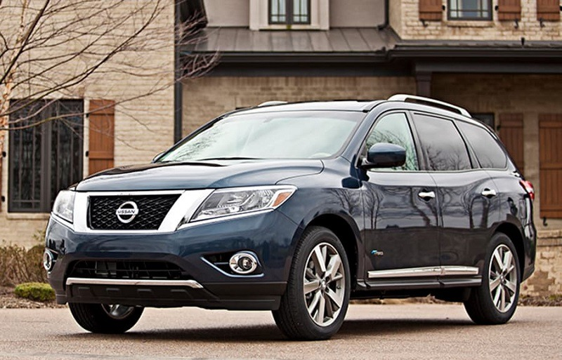 Front three-quarter view from driver side of 2014 Nissan Pathfinder in blue