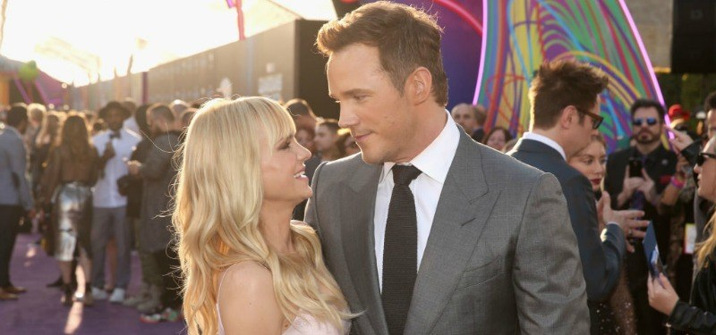 Anna Faris and Chris Pratt look at each other on the red carpet.