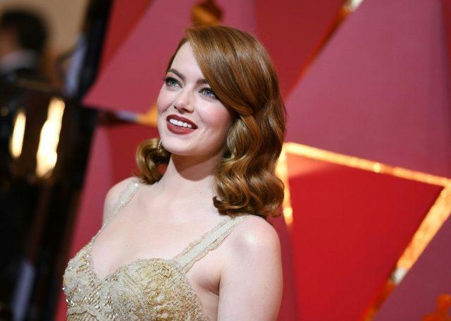 Emma Stone arrives on the red carpet for the 89th Oscars