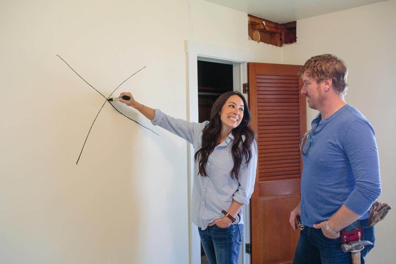 Joanna marks a wall for demolition on HGTV's 'Fixer Upper'