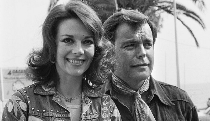 This is a black and white photo of Natalie Wood and Robert Wagner pose together.