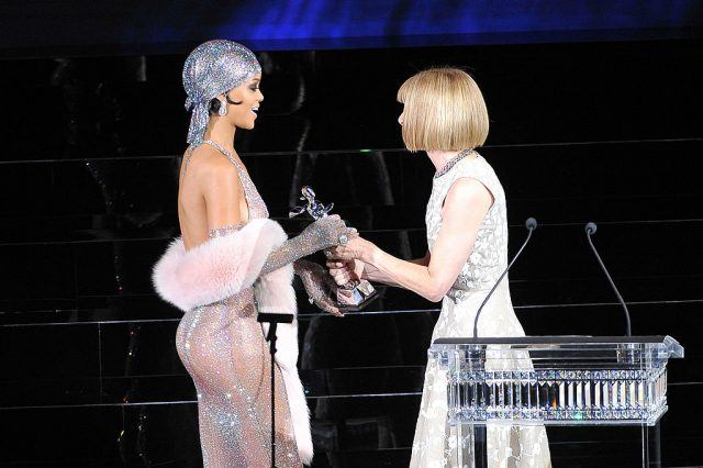Vogue Editor-in-Chief presenting Rihanna with her awards at the 2014 CFDA Awards.