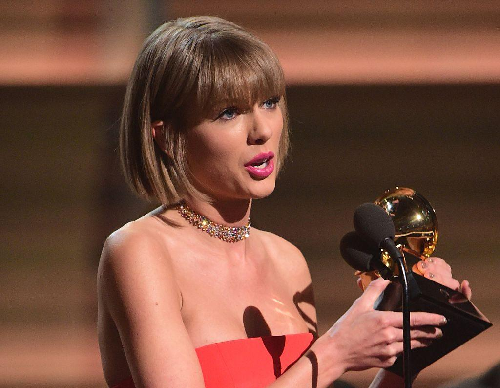 Taylor Swift Accepts Grammy