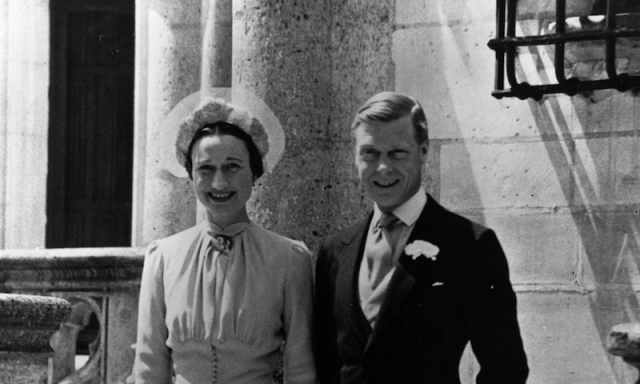 A black and white photo of Wallis Simpson and Edward VIII posing together during a wedding in France.
