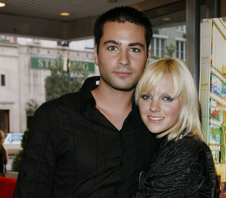 Anna Faris with her arms around then-boyfriend Ben Indra at a premiere.