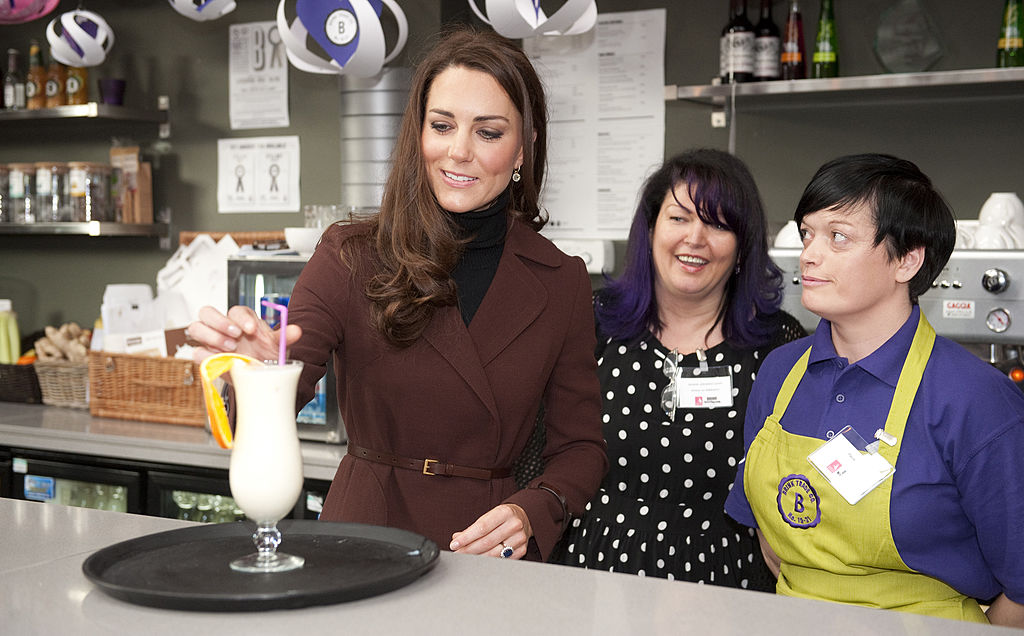 """Britain's Catherine, Duchess of Cambridge (L) puts the finishing touches to a smoothie called the """"Duchess"""" with Jacquie Johnston-Lynch, Merseyside head of service for Action on Addiction and Paula Carey at the Brink Bar in Liverpool on February 14, 2012."""