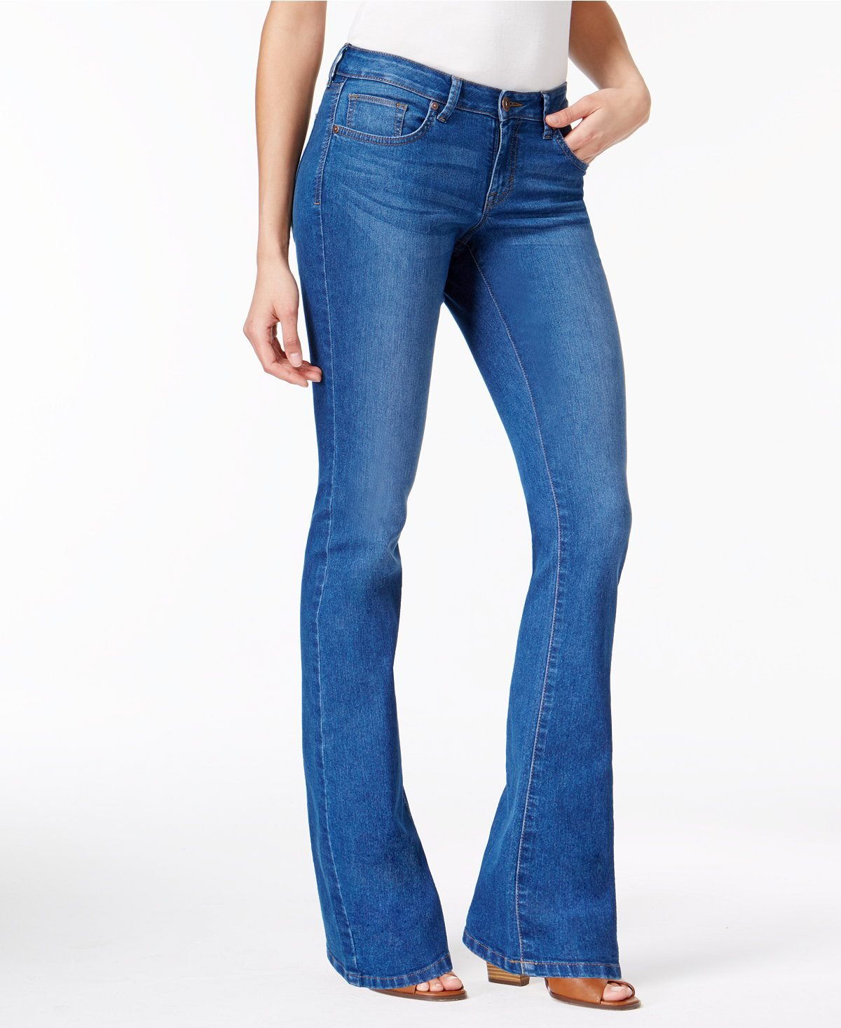 Flatter yourself with these women's Levi's bootcut jeans. Curvy fit through the seat and thigh eases into a bootcut to balance your proportions.