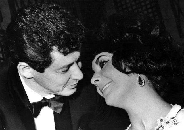 Elizabeth Taylor and Eddie Fisher look at each other happily.