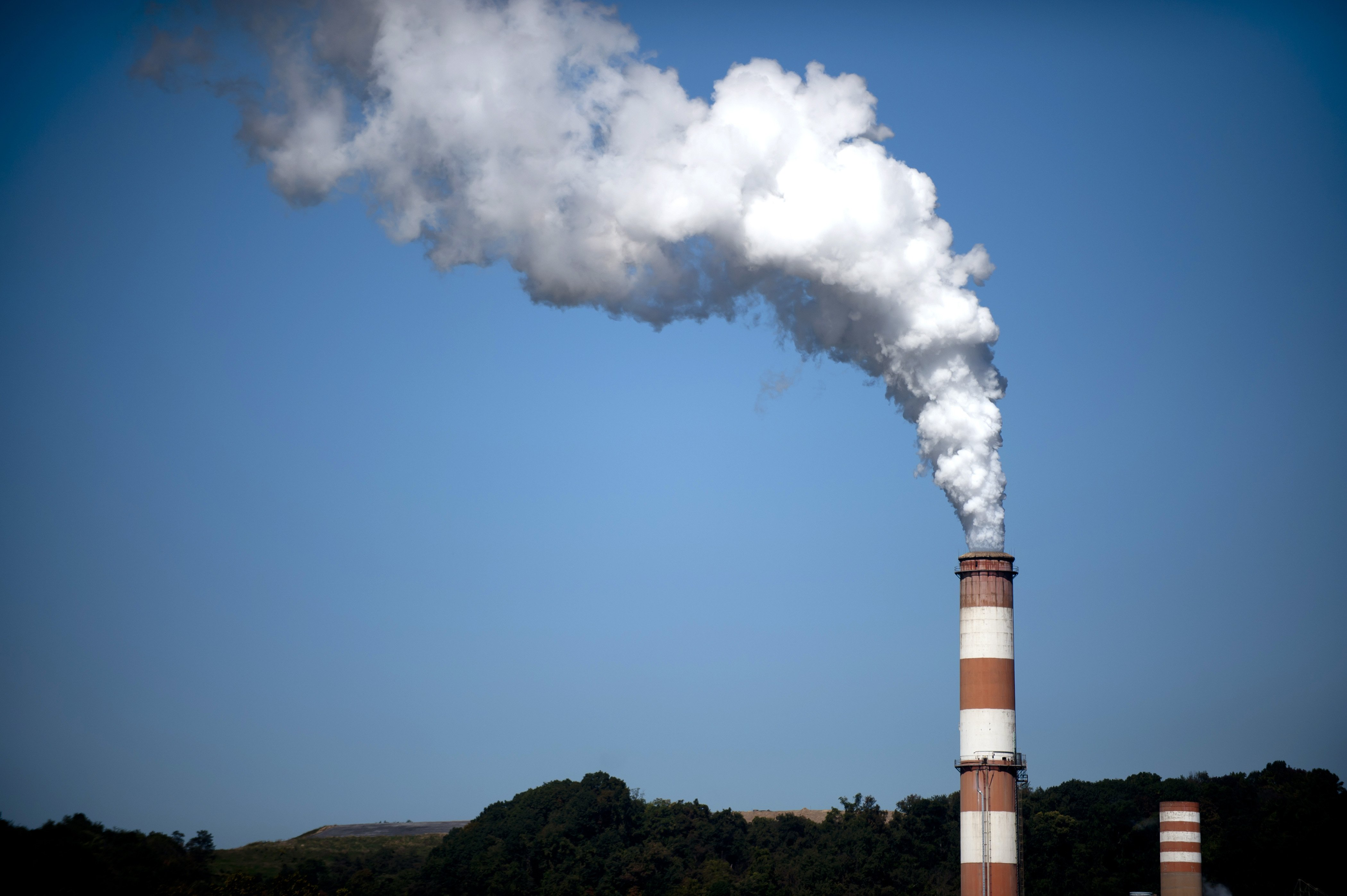 A plume of exhaust extends from the a coal-fired power plant.