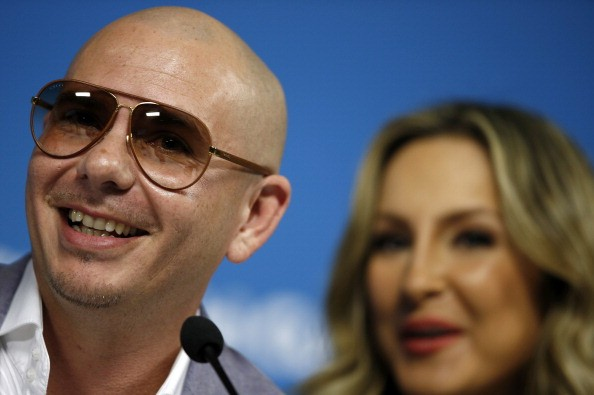 Pitbull with Claudia Leitte tight on faces