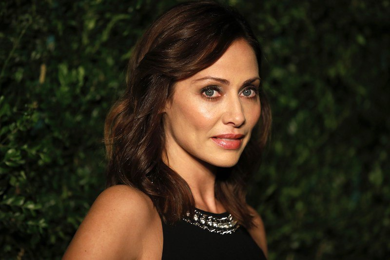 Australian singer Natalie Imbruglia poses on the red carpet
