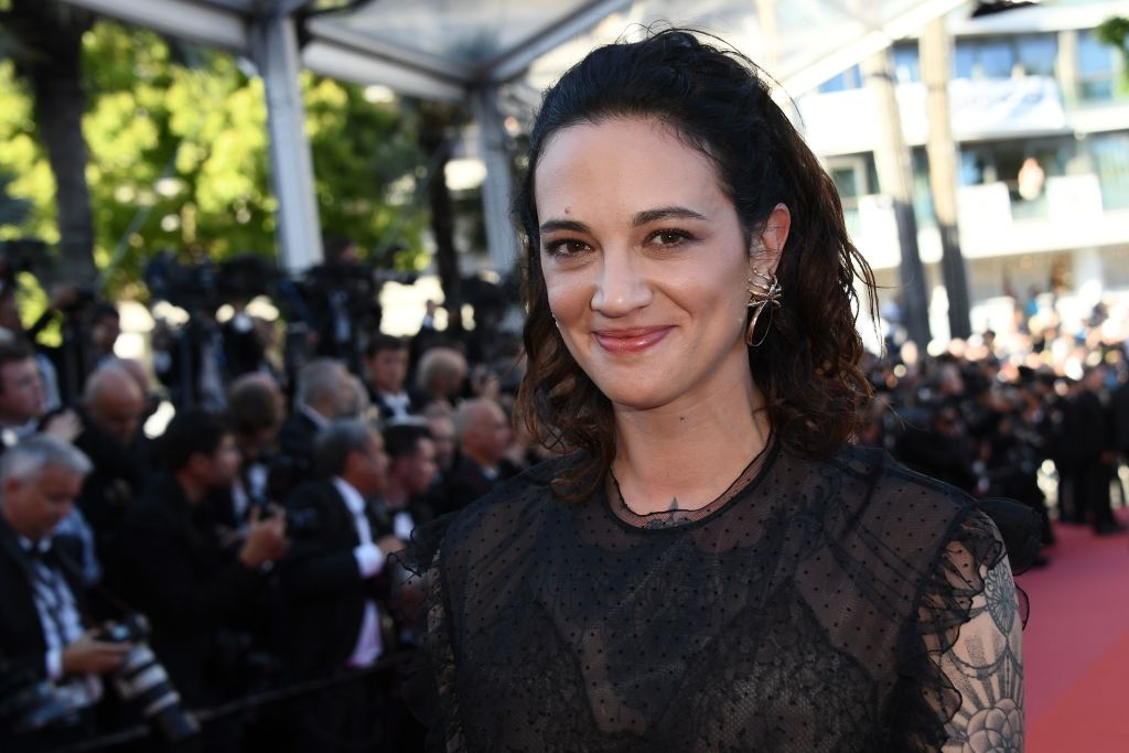 Asia Argento in black with a crowd