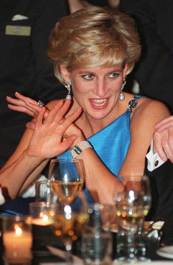 Diana, Princess of Wales, converses during the Victor Chang Cardiac Research Institute fund raising dinner in Sydney 31 October. Diana was the guest of honour at the USD 800-a-head gala dinner - her first official engagement during her four-day visit. AFP PHOTO. (Photo credit should read POOL/AFP/Getty Images)