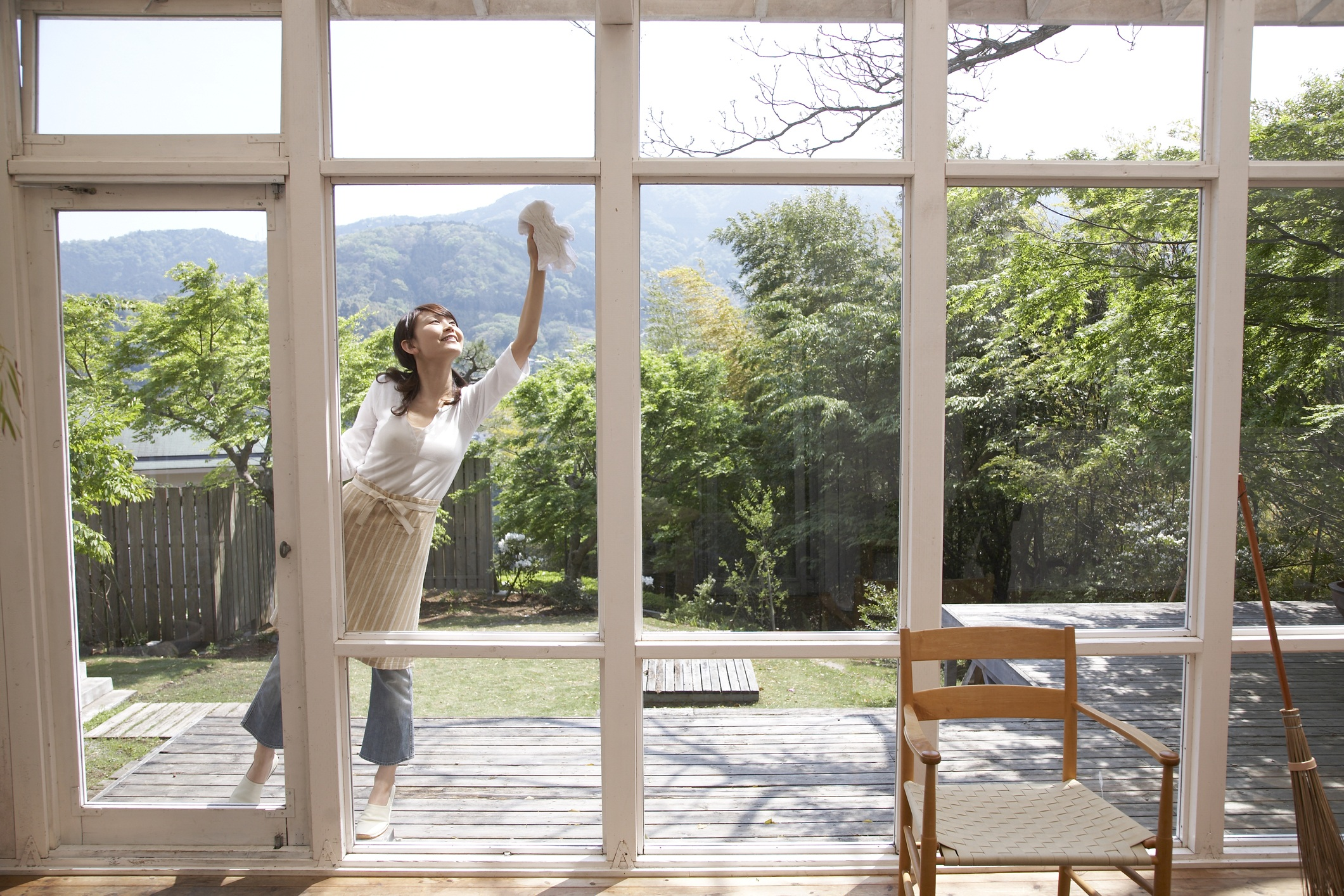 How To Clean House Windows - Cleaning window