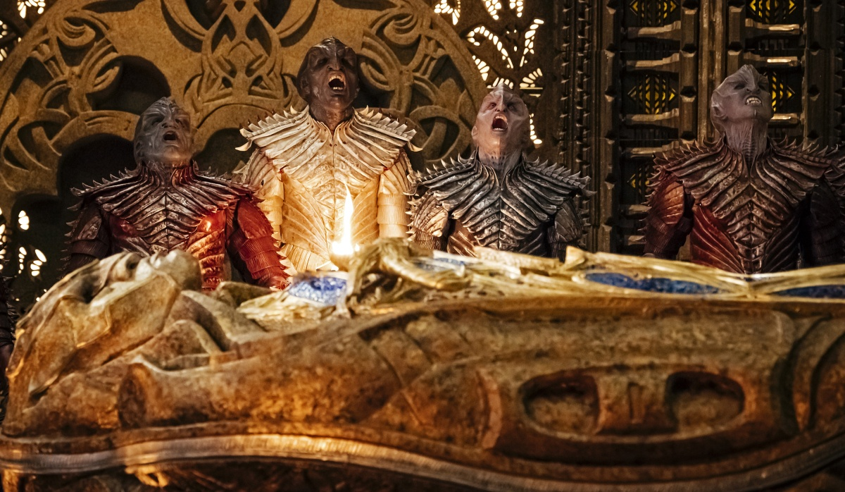 Klingons look up with open mouths in Star Trek: Discovery