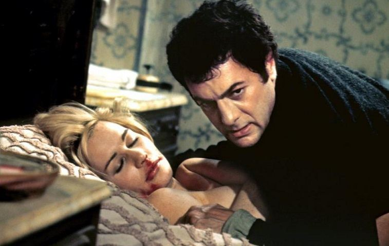 Tony Curtis as Albert DeSalvo and Sally Kellerman as Dianne Cluny in The Boston Strangler on a bed