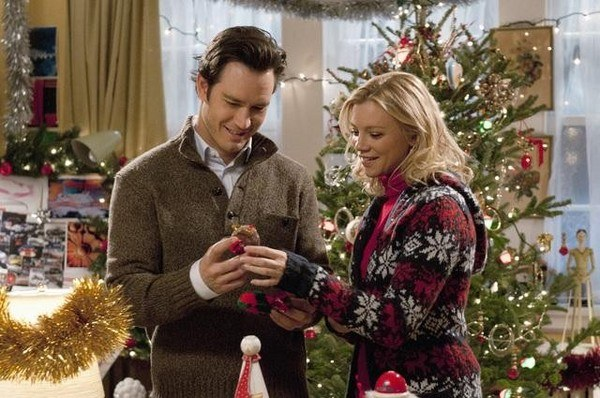 Mark-Paul Gosselaar as Miles and Amy Smart as Kate in 12 Dates of Christmas