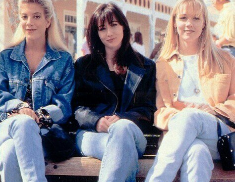 Tori Spelling, Shannen Doherty, and Jennie Garth sit together