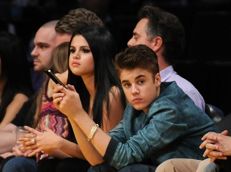 Justin Bieber and Selena Gomez watch a Lakers game.