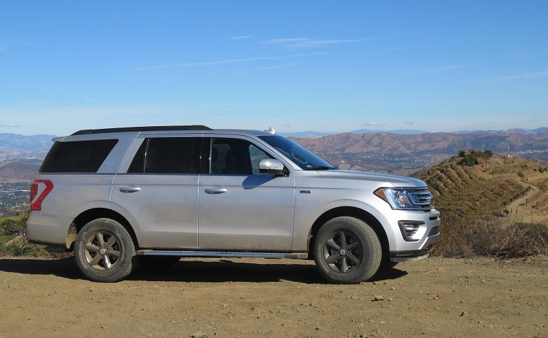 Profile view of 2018 Ford Expedition at precipice