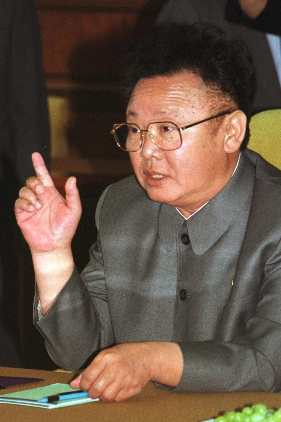 North Korean leader Kim Jong-il gestures during second round talks with South Korean President Kim Dae-jung