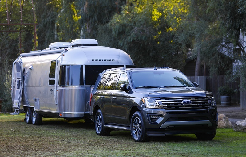 Front three-quarter shot of 2018 Ford Expedition with trailer connected to hitch