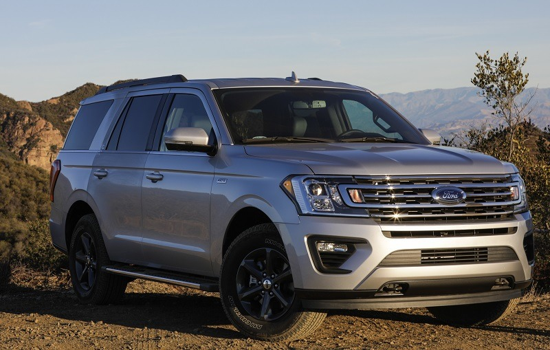 Front three-quarter view of 2018 Ford Expedition on hilly terrain