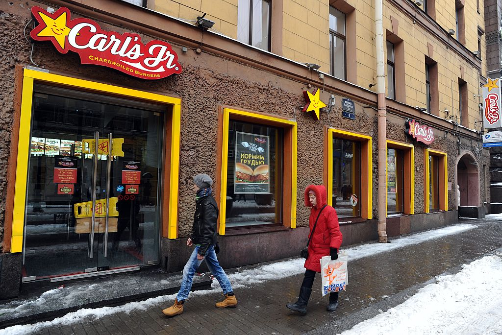 Carl's Jr. announced on January 12 that it had decided to close most of its fast-food outlets in Russia due to the economic crisis