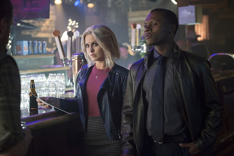 Rose McIver and Malcolm Goodwin on iZombie in a bar