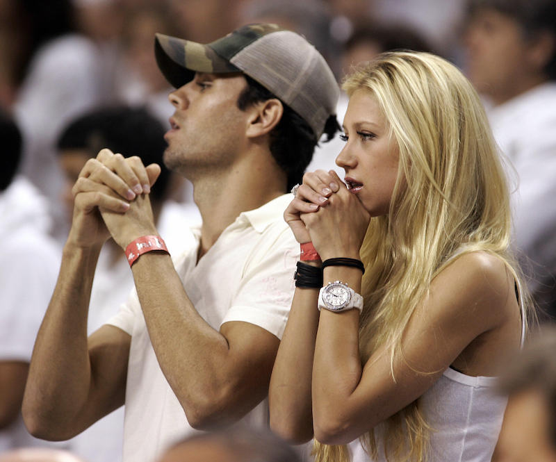Miami, UNITED STATES: Former tennis player Anna Kournikova (R) of Russia and boyfriend Enrique Iglesias (L) of Spain watches during Game 3 of the NBA