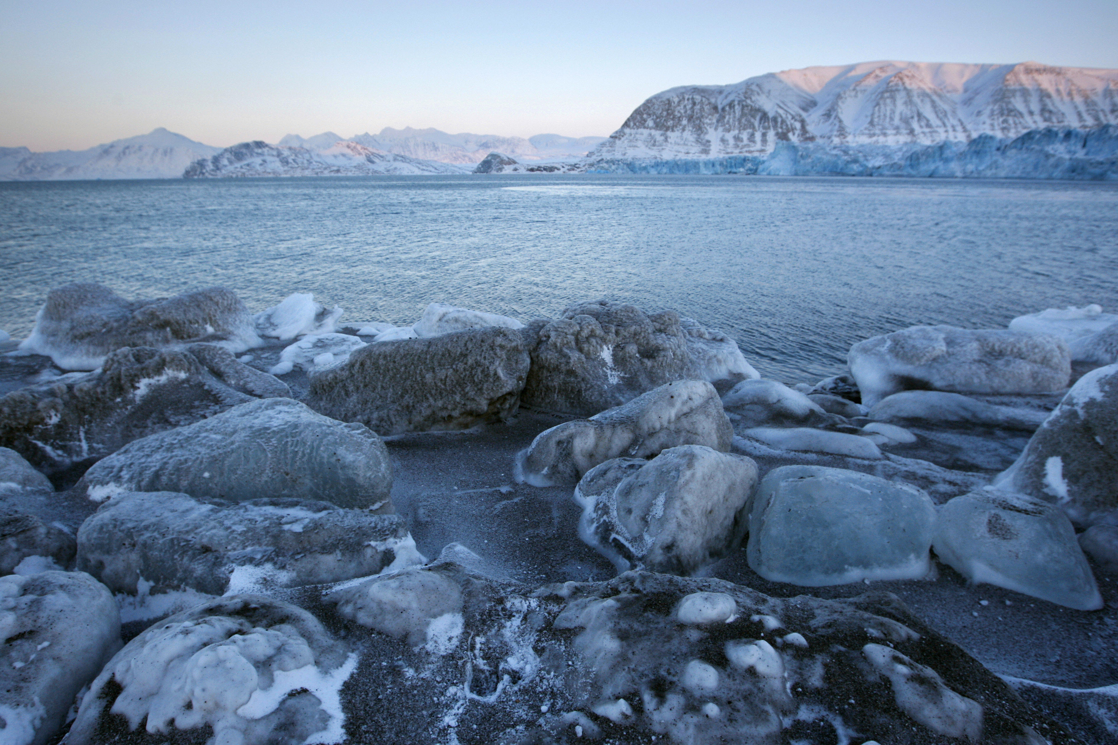 The edge of Kongsbreen glacial bay, the Kings Glacier.