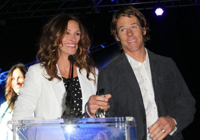 Julia Roberts and Danny Moder stand in front of a podium while making a speech.