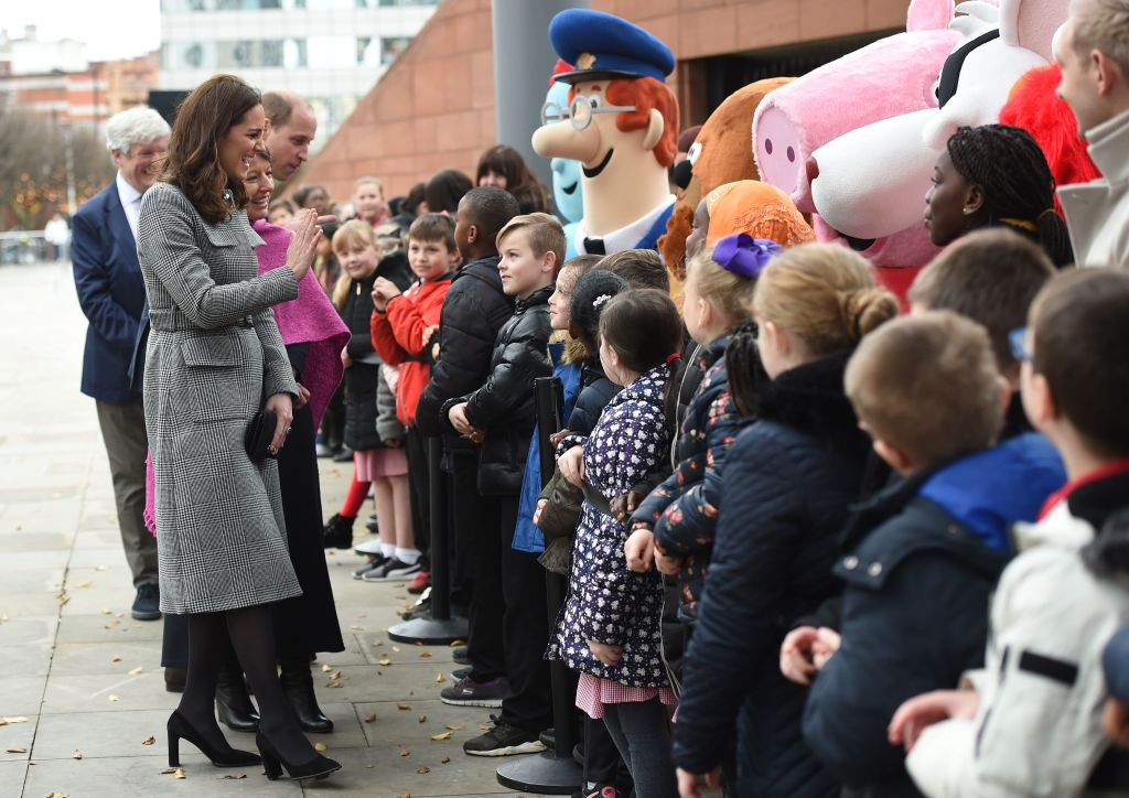 Kate Middleton greets children while pregnant