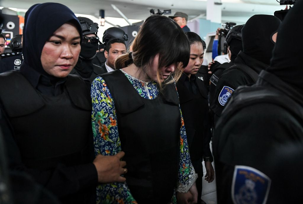 Vietnamese defendant Doan Thi Huong (C) is escorted by police personnel towards the low-cost carrier Kuala Lumpur International Airport