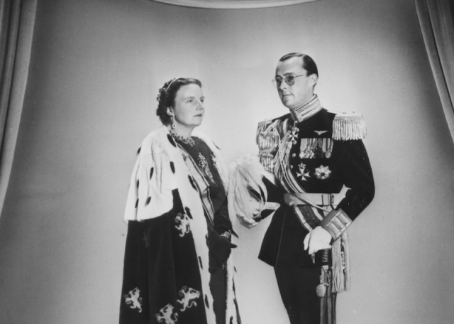 Prince Bernhard and Princess Juliana stand in front of a wall.