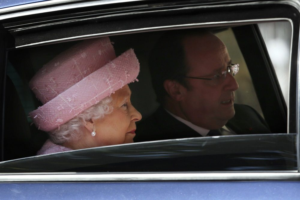 Britain's Queen Elizabeth II (L) and French President Francois Hollande