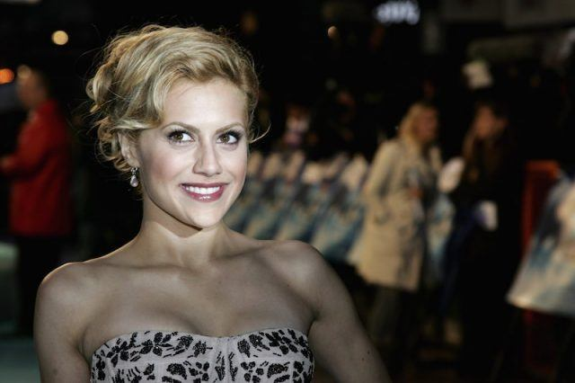 Brittany Murphy posing on a red carpet.