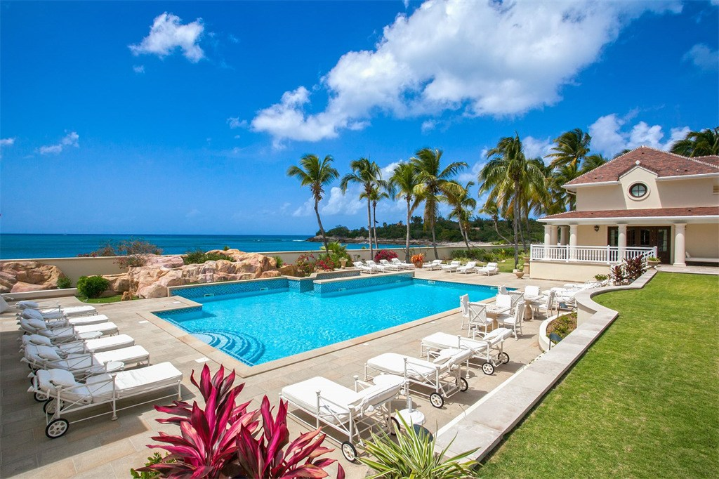 Donald Trump Chateau des Palmiers pool