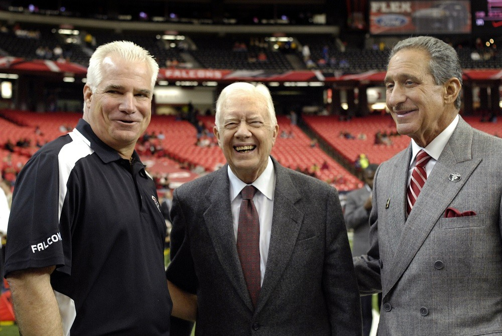 Former US President Jimmy Carter (C) poses with Atlanta Falcons