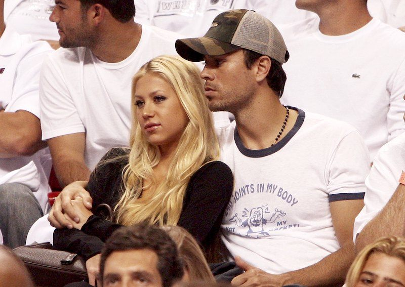 Former Tennis player Anna Kournikova and singer Enrique Iglesias hold each other