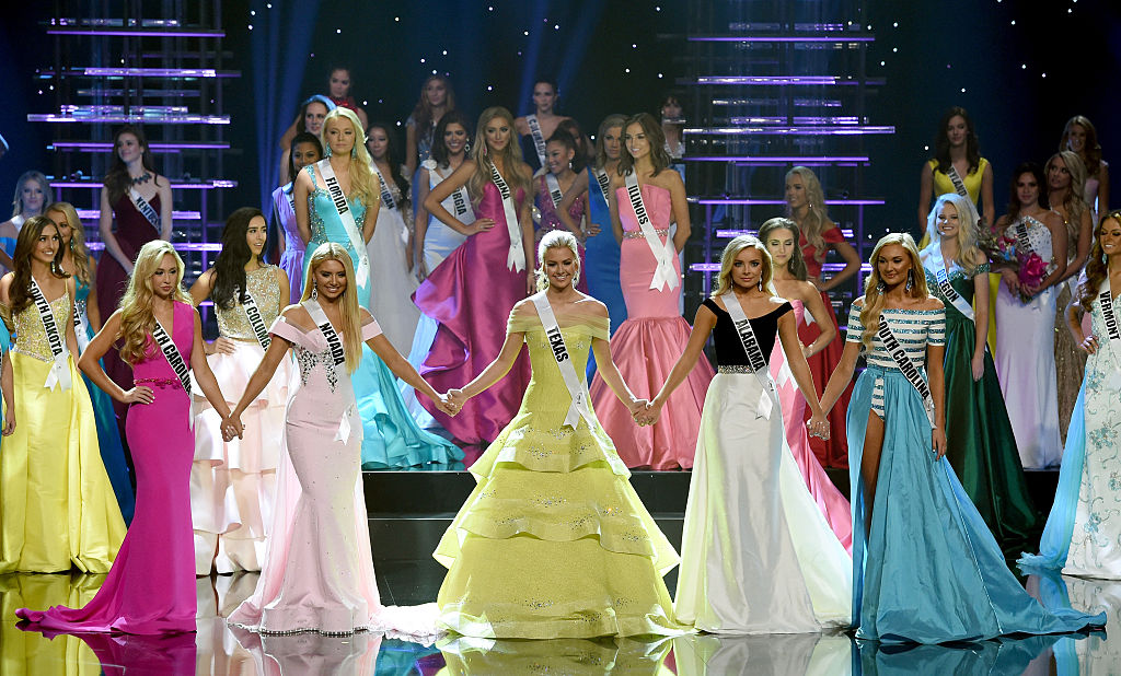 The top five finalists in Miss Teen USA 2016 join hands