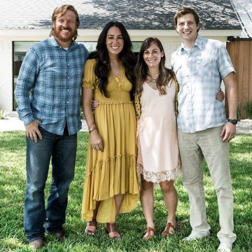 Joanna and Chip Gaines with her sister for house reveal