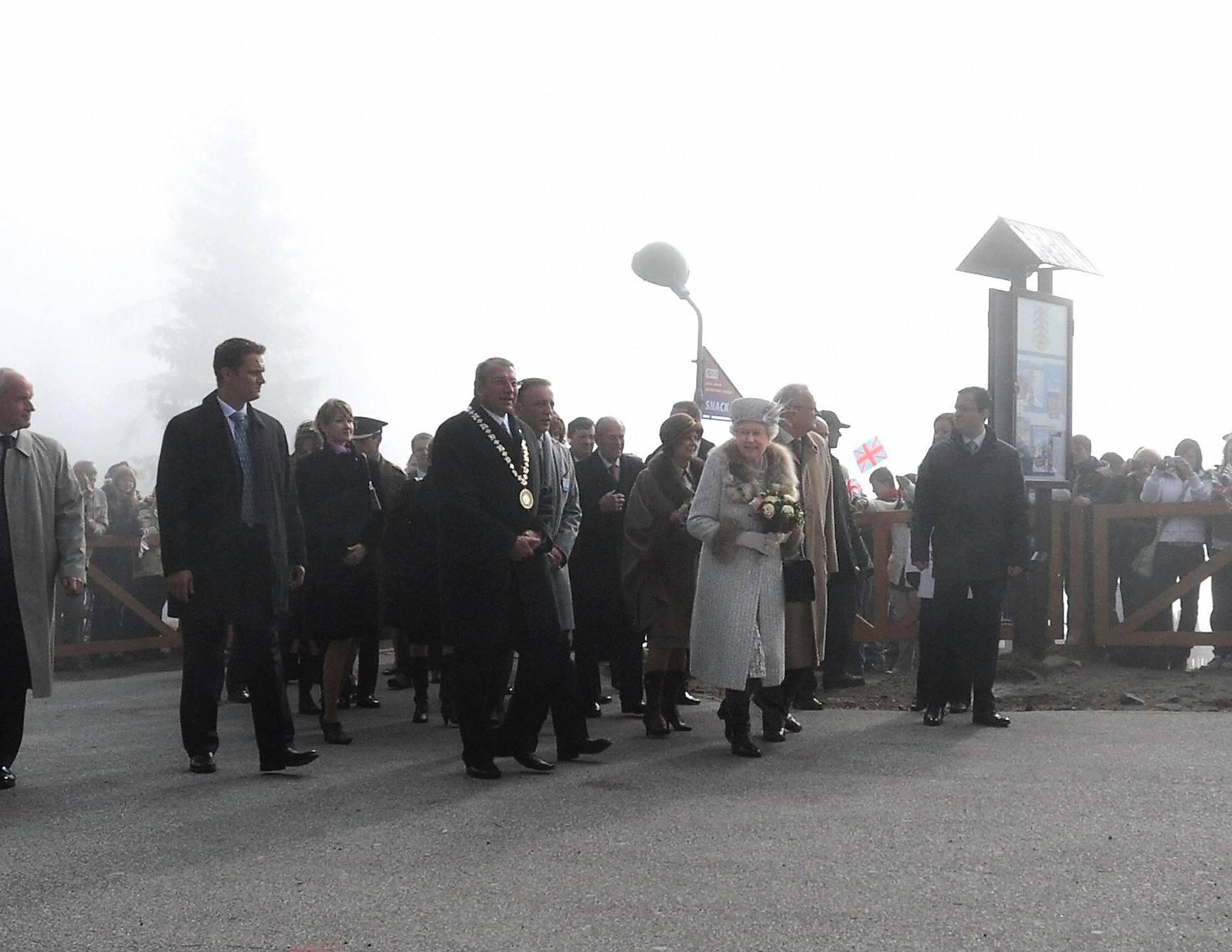 Bodyguards surround Queen Elizabeth II (